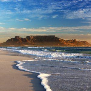 Vue sur la montagne de la Table depuis une plage au Cap en Afrique du Sud