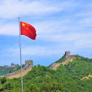 Drapeau chinois au premier plan de la Grande Muraille de Chine